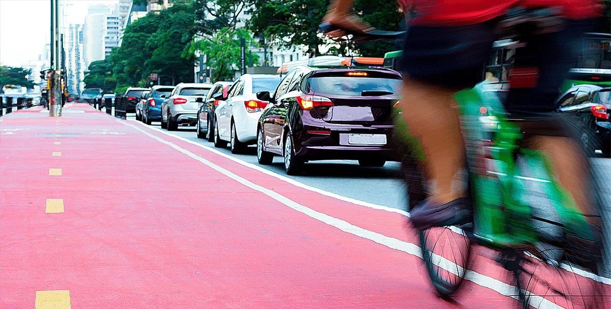 Bike passando pelo trânsito da Avenida Paulista